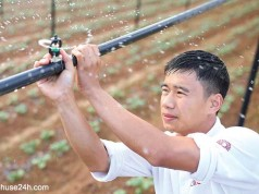 Bùi Quốc Việt thiết lập hệ thống tưới phun sương cho khoai tây Đà Lạt trong nhà kính - Ảnh: Mai Vinh