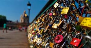 Du khách hết được treo khóa tình yêu ở Paris