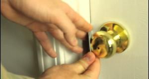 Cách mở cửa khi quên chìa khóa bằng thẻ ATM