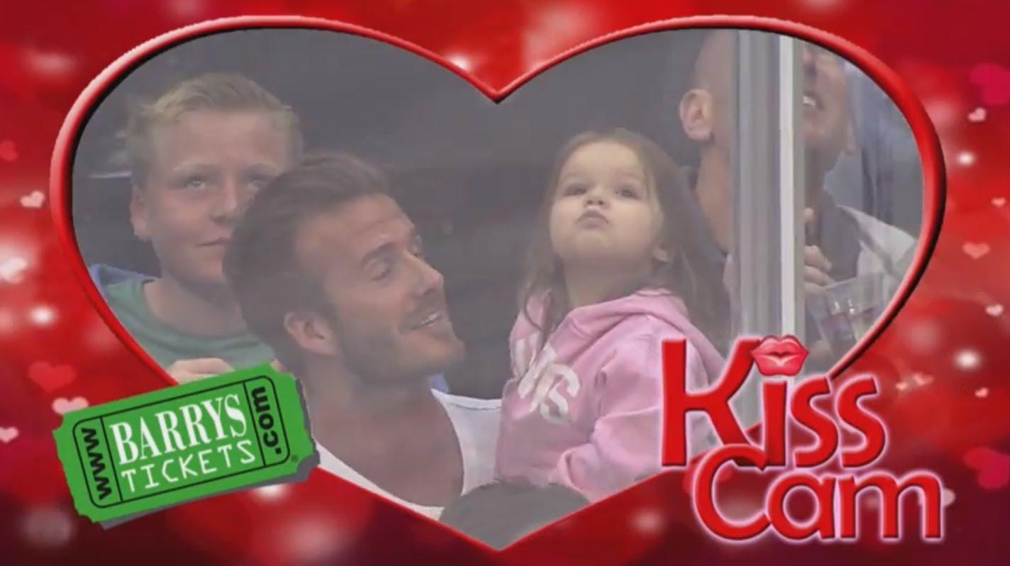 KISS Cam phiên bản dễ thương bố con nhà Beckham
