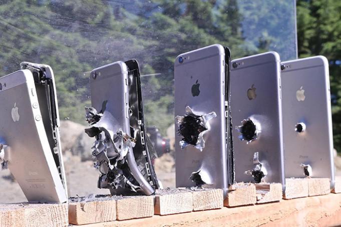 Bắn đạn súng trường AK 47 xuyên qua bao nhiêu iPhone?