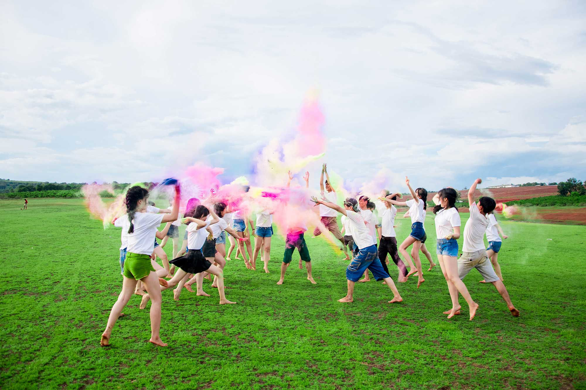 Ảnh kỷ yếu mang âm hưởng 'Color me run' của teen Chư Sê
