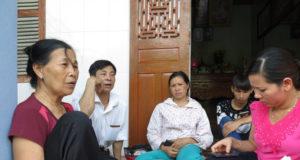 Bà Phùng Thị Thuận (bìa trái), 68 tuổi, ở xã Thanh Hồng, huyện Thanh Hà, Hải Dương cùng người thân ngóng chờ tin tức của thiếu tá Nguyễn Ngọc Chu - Ảnh: QUANG THẾ