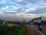 Xe khách đối đầu xe tải, văng khỏi làn đường