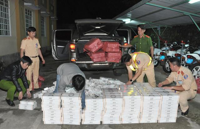 CSGT truy đuổi xe ô tô chở gần 15.000 bao thuốc lá lậu