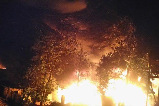 Cháy cơ sở tập kết lốp ô tô cũ trong đêm tại Chư Sê