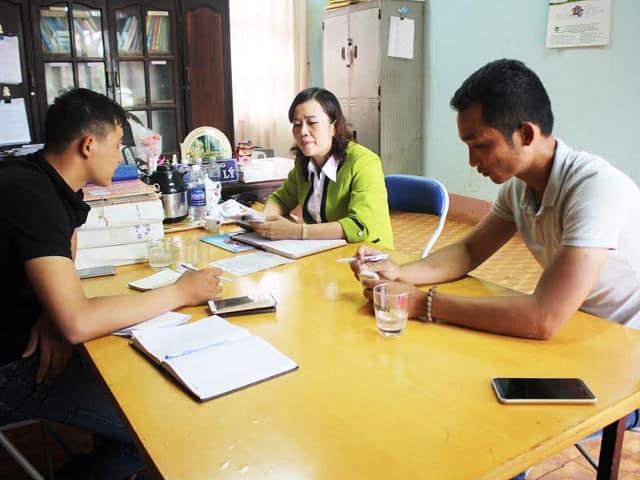 Bà Lưu Thị Lý – Hiệu trưởng nhà trường trao đổi với phóng viên Dân Việt.