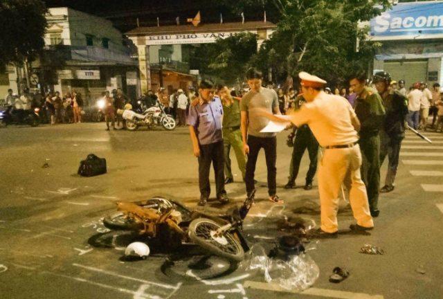 Xe máy bị cuốn vào gầm xe tải, một người tử vong (Ảnh: Thanh Bình).