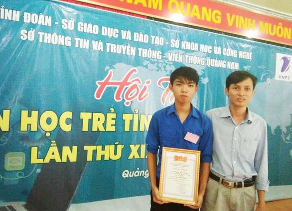 Nguyễn Huy Tưởng (trái) - tác giả của website thi thử THPT quốc gia ở Quảng Nam - Ảnh: NVCC
